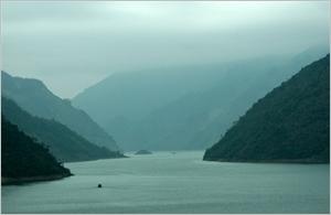 Voyager sur le lac de la rivière Noir