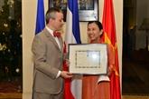 Bùi Trân Phuong décorée de la Légion d'honneur