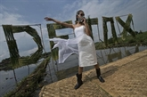 Indonésie : mannequins en masques à gaz pour dénoncer la pollution de l'eau