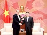Le vice-président de lAssemblée nationale Phùng Quôc Hiên reçoit le président du groupe AIA