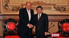 Un dirigeant de Hô Chi Minh-Ville reçoit le PDG du groupe AIA