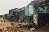 Lambassade du Vietnam au Cambodge offre des cadeaux aux Viêt kiêu en difficulté