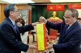 Des dirigeants du Front de la Patrie du Vietnam rencontrent des Viêt kiêu modèles