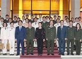 La présidente de l'Assemblée nationale Nguyên Thi Kim Ngân reçoit des jeunes policiers exemplaires