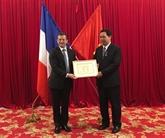 Deux Vietnamiens décorés de lOrdre français des Palmes académiques