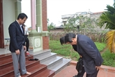 L'ambassadeur japonais rend visite à la famille de la petite fille Nhât Linh