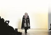 Fashion Week : une Indonésienne fait du hijab un foulard de princesse