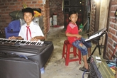 Pour aider leurs parents, ils simprovisent musiciens