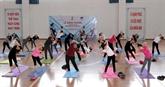 Yoga : un millier de personnes participent à une représentation à Hanoï