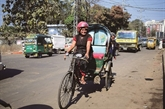 «Crazy Auntie», seule femme cyclo-rickshaw du Bangladesh