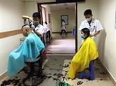 Des coiffeurs en blouse blanche