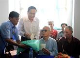 Des responsables vietnamiens rendent visite aux personnes méritantes