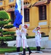 Lever le drapeau pour fêter le cinquantenaire de l'ASEAN