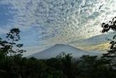 À Bali, des milliers de personnes fuient les alentours d'un volcan actif