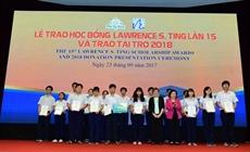 Remise de plus de 3,4 milliards de dôngs de bourses Lawrence S. Ting