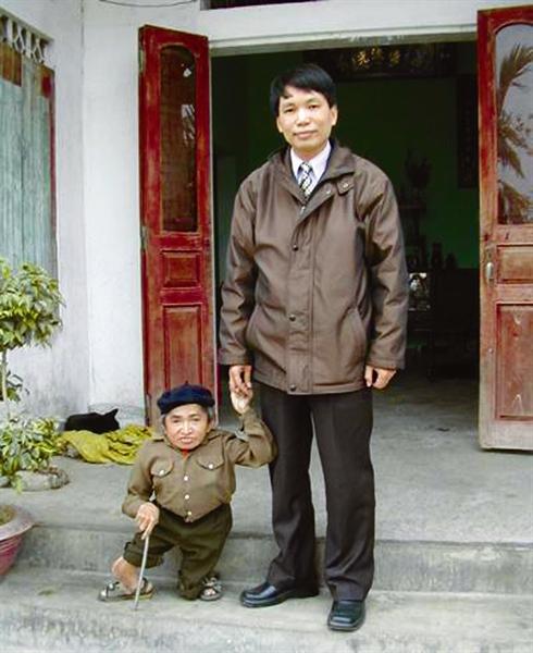 le plus petit homme au monde 52 cm le courrier du vietnam. Black Bedroom Furniture Sets. Home Design Ideas