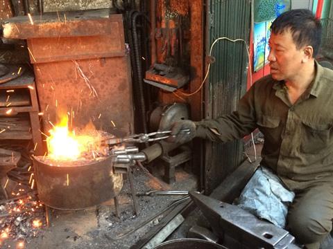 Le forgeron Nguyên Phuong Hùng est un vrai passionné.