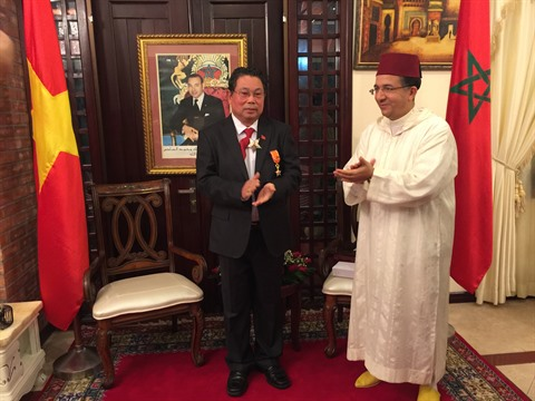 L'ambassadeur du Maroc au Vietnam, Azzeddine Farhane, remet la décoration de l'ordre de «Grand Officier de Wissam Al Alaoui» à Pham Truong Giang, l'ex-ambassadeur du Vietnam au Maroc.