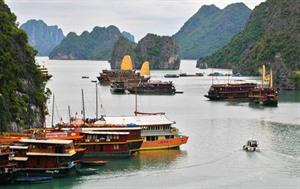 Ha Long sefforce de devenir une ville touristique maritime moderne