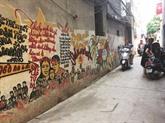 Un vieil homme, une ruelle et des peintures murales