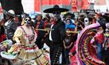 Les gens participent au défilé national de caractères mexicains traditionnels