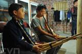 Le Khèn (une sorte de flûte), instrument traditionnel de groupes ethniques de la région montagneuse du Nord du Vietnam, est un moyen de conserver les valeurs culturelles de l'ethnie H'Mông à Hà Giang. Photo : Minh Duc/VNA/CVN