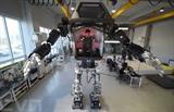 Des ingénieurs sud-coréens testent un robot de quatre mètres de haut dans un laboratoire de Gunpo, au sud de Séoul, le 27 décembre 2016. Photo : AFP/VNA/CVN