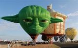 Le 21e Festival international de la montgolfière des Philippines, dans la province de Pampanga, a commencé le 9 février. Environ 30 montgolfières seront présentées lors de cet événement de quatre jours. Photo : Xinhua/VNA/CVN