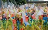 Des élèves vêtus de costumes colorés, lors du 31e festival Caracol, dans la ville de Makati, aux Philippines, le 26 février. Le festival a mis en avant les costumes colorés, inspirés de la nature, des élèves dansant dans la rue pour promouvoir la protection de l'environnement. Photo : Xinhua/VNA/CVN