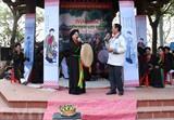 La fête de Lim, qui se tient le 8 février (12e jour du 1er mois lunaire) dans la province de Bac Ninh (Nord), attire des gens de tous âges, mais surtout de jeunes garçons et filles. Photo : Thanh Thuong/VNA/CVN