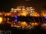 La Cité impériale (Dai Nôi) de Huê, dans la province centrale de Thua Thiên-Huê (Centre), est désormais ouverte aux touristes en soirée, de 19h00 à 22h00. Elle est un point d'orgue du parcours du patrimoine dans le Centre du Vietnam.  Photo : Quôc Viêt/VNA/CVN