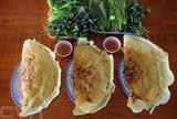 Le bánh xèo est une des spécialités culinaires des localités du Sud. Réalisé comme une crêpe faite à base de farine de riz, ce plat comprend comme ingrédients viande de porc en tranche ou hachée, crevettes crues décortiquées, lait de coco, ou encore ail haché, sans oublier le fameux nuoc mam (saumure de poisson). Photo : An Hiêu/VNA/CVN