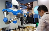 Un joueur d'échec face au robot conçu par Taiwan's Industrial Technology Research Institute (ITRI) à Taïwan (Chine). Photo : AFP/VNA/CVN