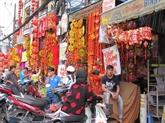 Les articles de décoration inondent les rues de Hô Chi Minh-Ville