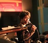 La chanteuse de jazz américaine D. Witherspoon au bar Le Club à Hanoi