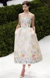 Dans la neige et la pluie, les femmes-fleurs de la haute couture Dior