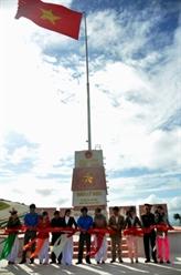 Quang Ngai : le mât du drapeau national à Ly Son est éclairé à l'énergie solaire