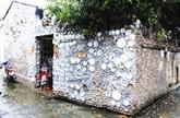 Des antiquités exposées sur le mur d'une maison