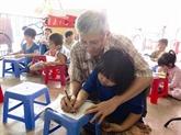 Un enseignant volontaire pour les enfants pauvres