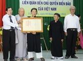 Remise d'anciens documents sur la souveraineté maritime et insulaire du Vietnam