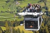Découvrir un panorama alpin sur une télécabine à ciel ouvert