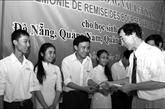 Un bienfaiteur aux côtés des jeunes Vietnamiens talentueux