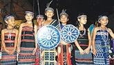 Une troupe d'artistes hauts comme trois gongs