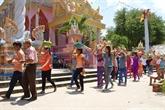 Rencontre avec des Khmers à l'occasion de la fête Sene Dolta