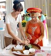 Binh Thuân : des touristes étrangers préparent le banh chung pour le Têt