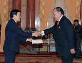 Le chef de l'État rencontre de nouveaux ambassadeurs au Vietnam