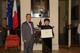 Remise de l'Ordre des palmes académiques à une enseignante de Hô Chi Minh-Ville