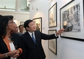 Le chef de l'État visite l'exposition de photos de l'AP à Hanoi