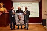 Un artiste algérien réalise un portrait du président Hô Chi Minh