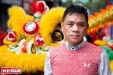 L'homme qui propage la danse de la licorne, du lion et du dragon dans le monde